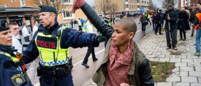 Uma mulher enfrenta uma manifestação fascista na Suécia