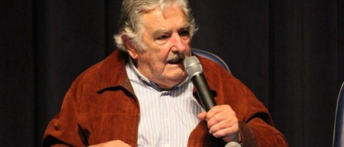 'Temos que lutar por uma sociedade que priorize viver e não trabalhar', diz Mujica no Paraná