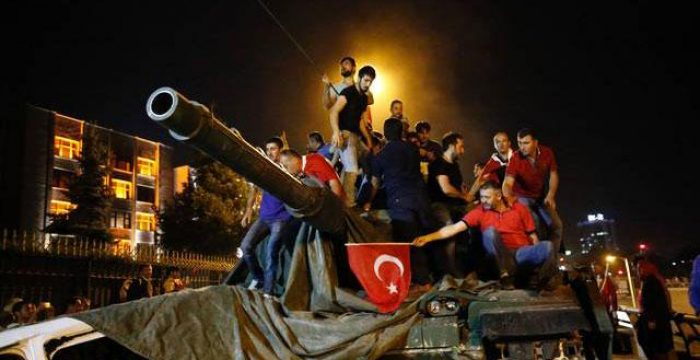 A insurgência popular e a liderança do governo derrotaram o golpe na Turquia