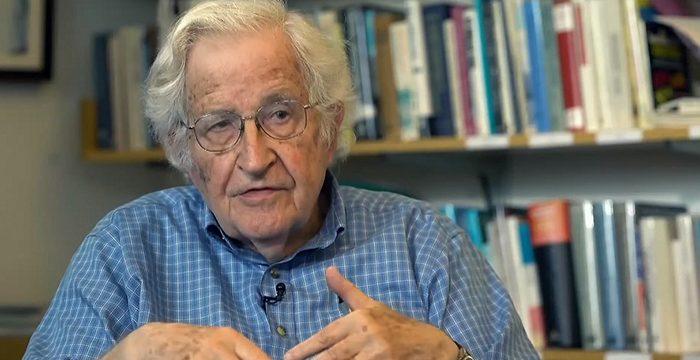 Sistema neoliberal coloca trabalhadores uns contra os outros, diz Noam Chomsky