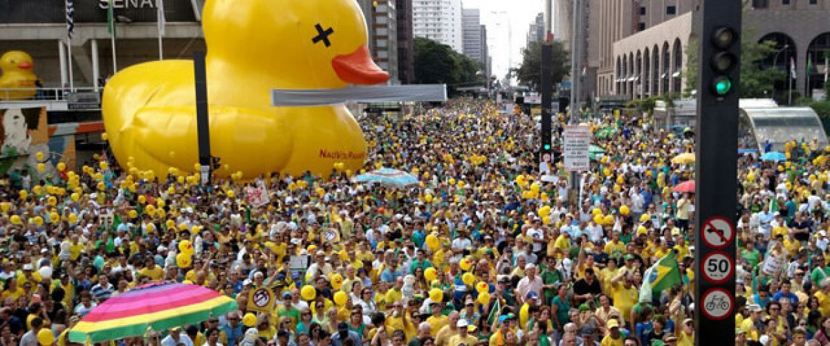 """O Pato Amarelo reclama de Temer, mas """"esquece"""" que foi ele quem o chocou"""