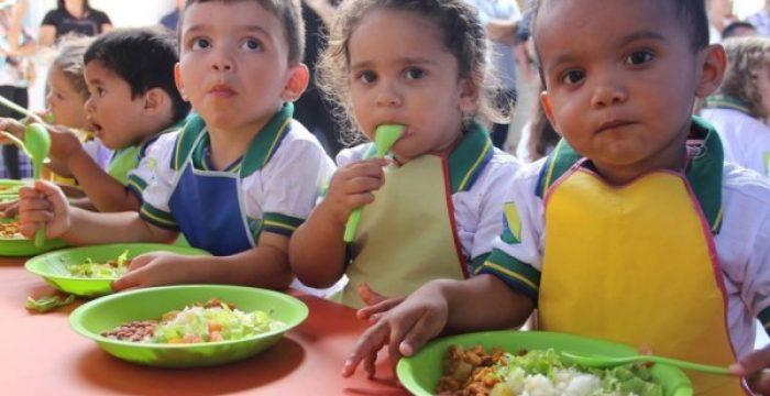 Uma em cada cinco crianças vive na pobreza em países ricos; uma em cada oito passa fome