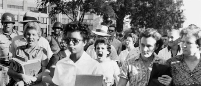 O que aconteceu com a menina – hoje com 75 anos – que personificou o racismo em uma das fotos mais famosas da história