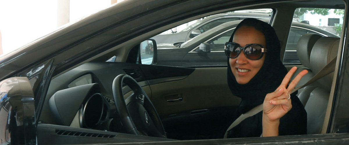 Mulheres sauditas podem guiar, mas continuam guiadas