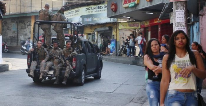 """""""Eles são os caçadores e nós somos bichos aqui em baixo"""", diz moradora de favela alvejada por tiros vindos de torre da polícia"""