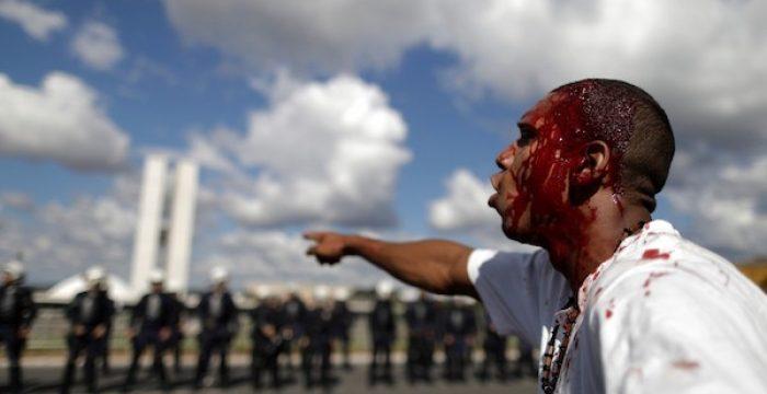 O Brasil ataca professor, compra voto de deputado e faz selfie com bandido