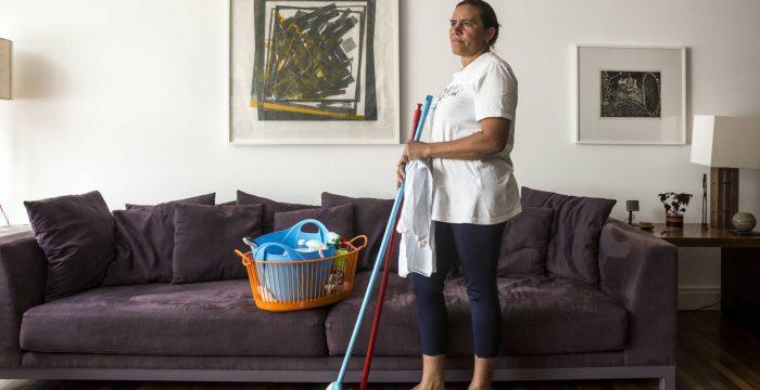 O que faz o Brasil ter a maior população de domésticas do mundo