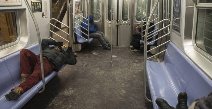 Metrô vira 'abrigo sobre trilhos' para sem-teto em Nova York gélida