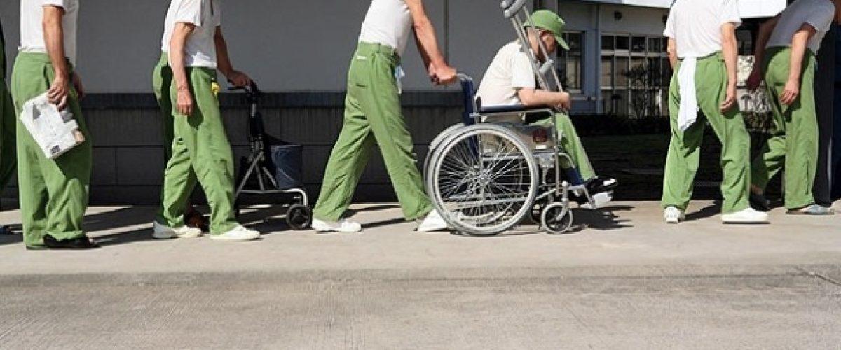 Solitárias, idosas japonesas fazem pequenos furtos para ir morar na cadeia