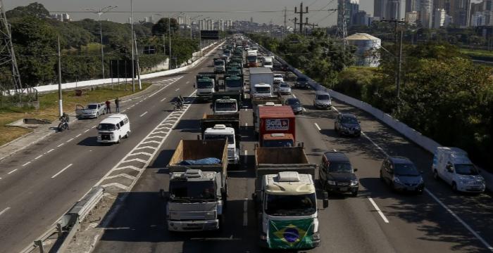 Paralisação de caminhoneiros é misto de greve e locaute, diz sociólogo