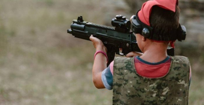 Ter arma em casa aumenta número de morte de crianças, mostram estudos