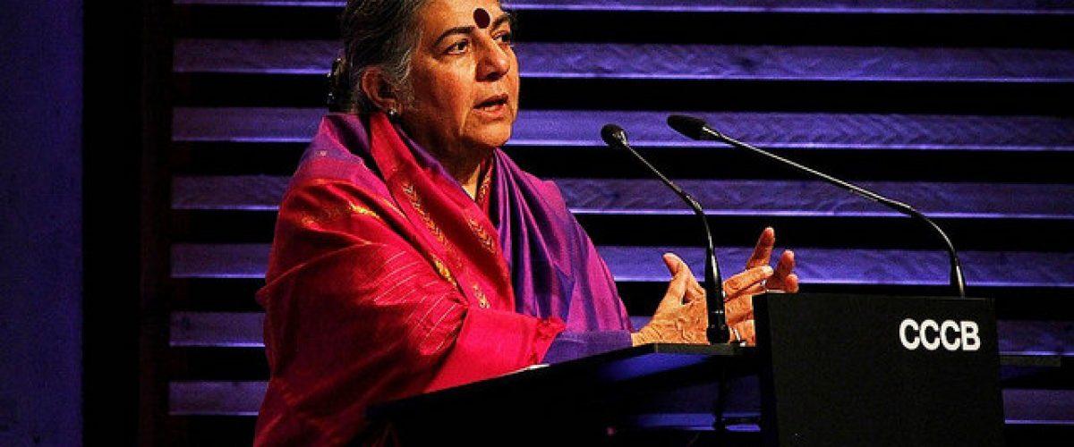 Raiz dos agrotóxicos está nos gases dos campos de concentração, diz Vandana Shiva