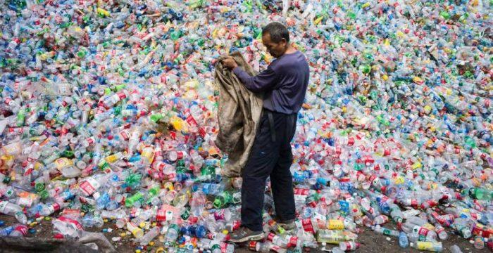 """China. """"Abalou todo o planeta"""": uma decisão que faz a reciclagem global entrar em colapso"""