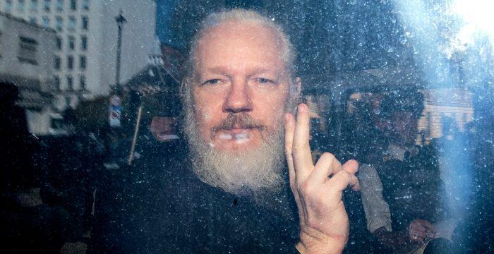 O que está por trás do livro que Assange segurou ao ser preso?