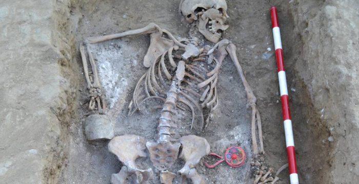 A história do fuzilamento de uma mãe enterrada com o chocalho do filho