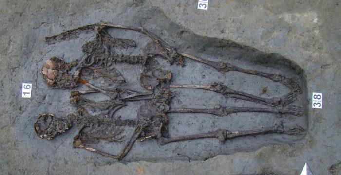 Amantes de Modena: esqueletos achados de mãos dadas eram homens, diz estudo
